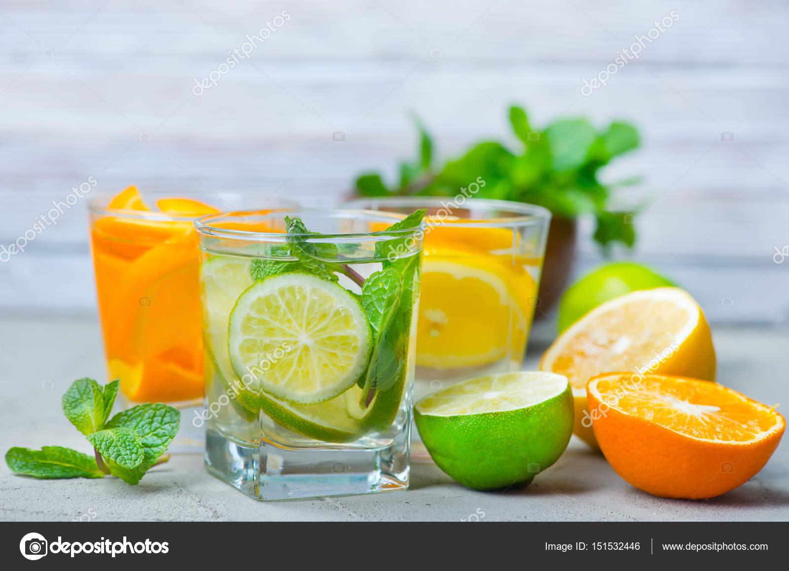 Detox Getränke und frisches Obst — Stockfoto © tycoon #151532446