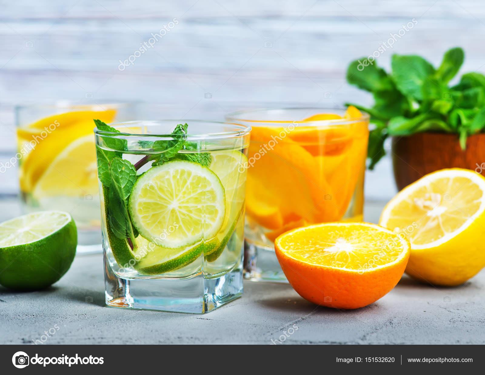 Detox Getränke und frisches Obst — Stockfoto © tycoon #151532620