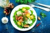 Zeleninový salát na talíři