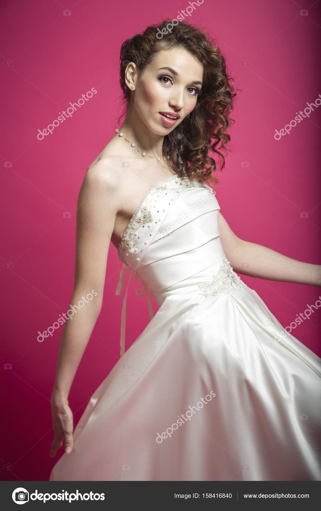 Modelo de moda en un vestido de novia está girando — Foto de stock ...