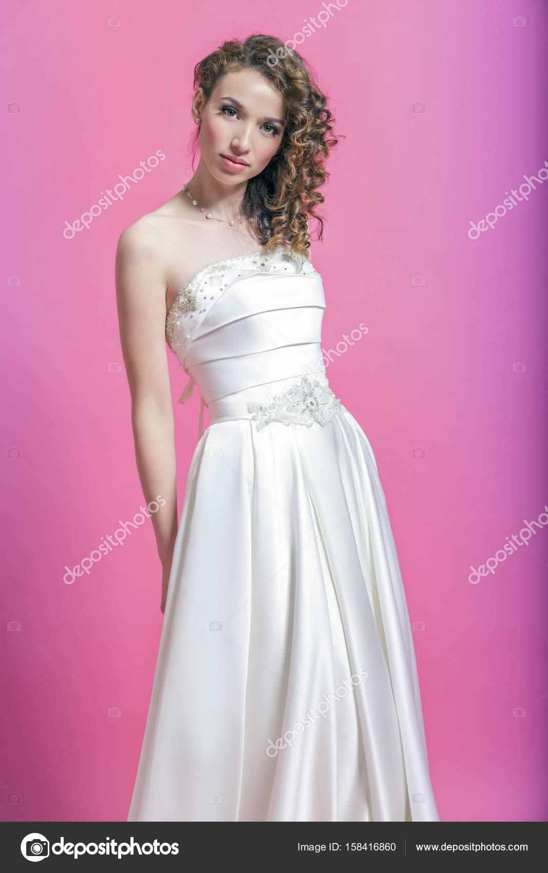 Hermosa chica en vestido de satén blanco — Foto de stock © -Yougen ...