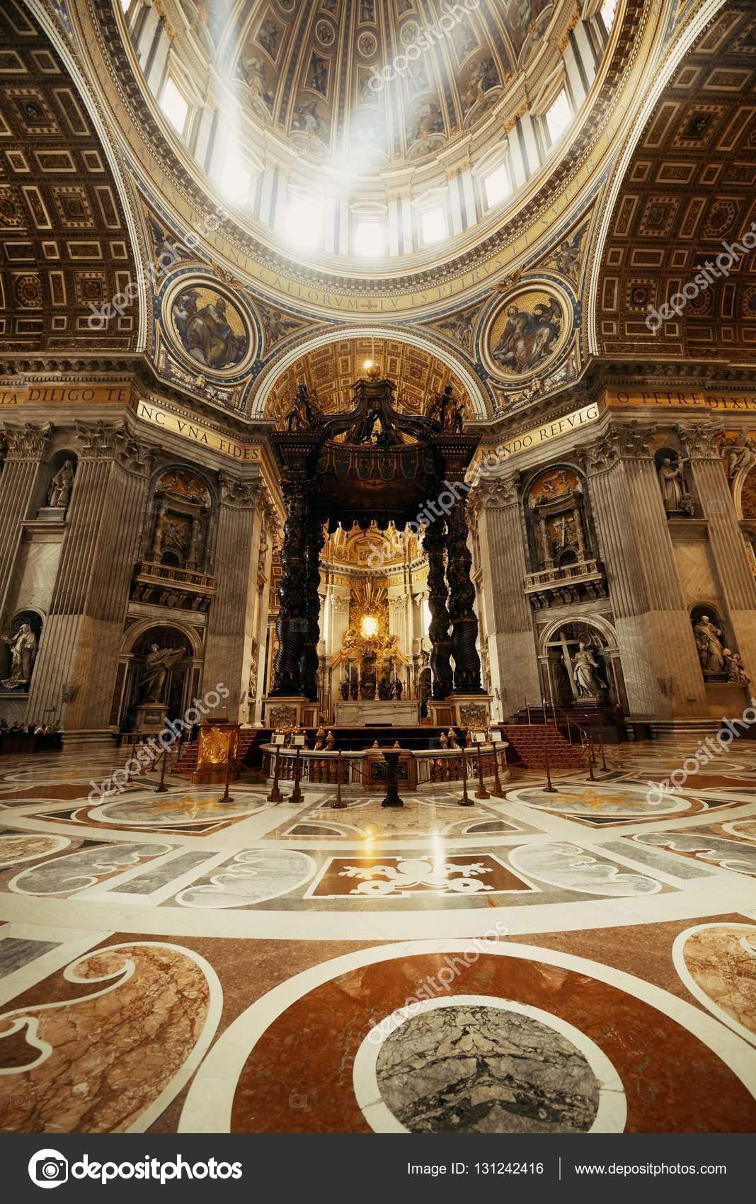 vaticaan vaticaan 10 mei 2016 st peters basilica interieur met lichtstralen in vaticaanstad foto van rabbit75_dep