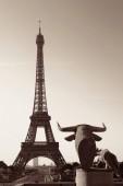 Eiffelturm mit Statue als die berühmten Wahrzeichen in Paris