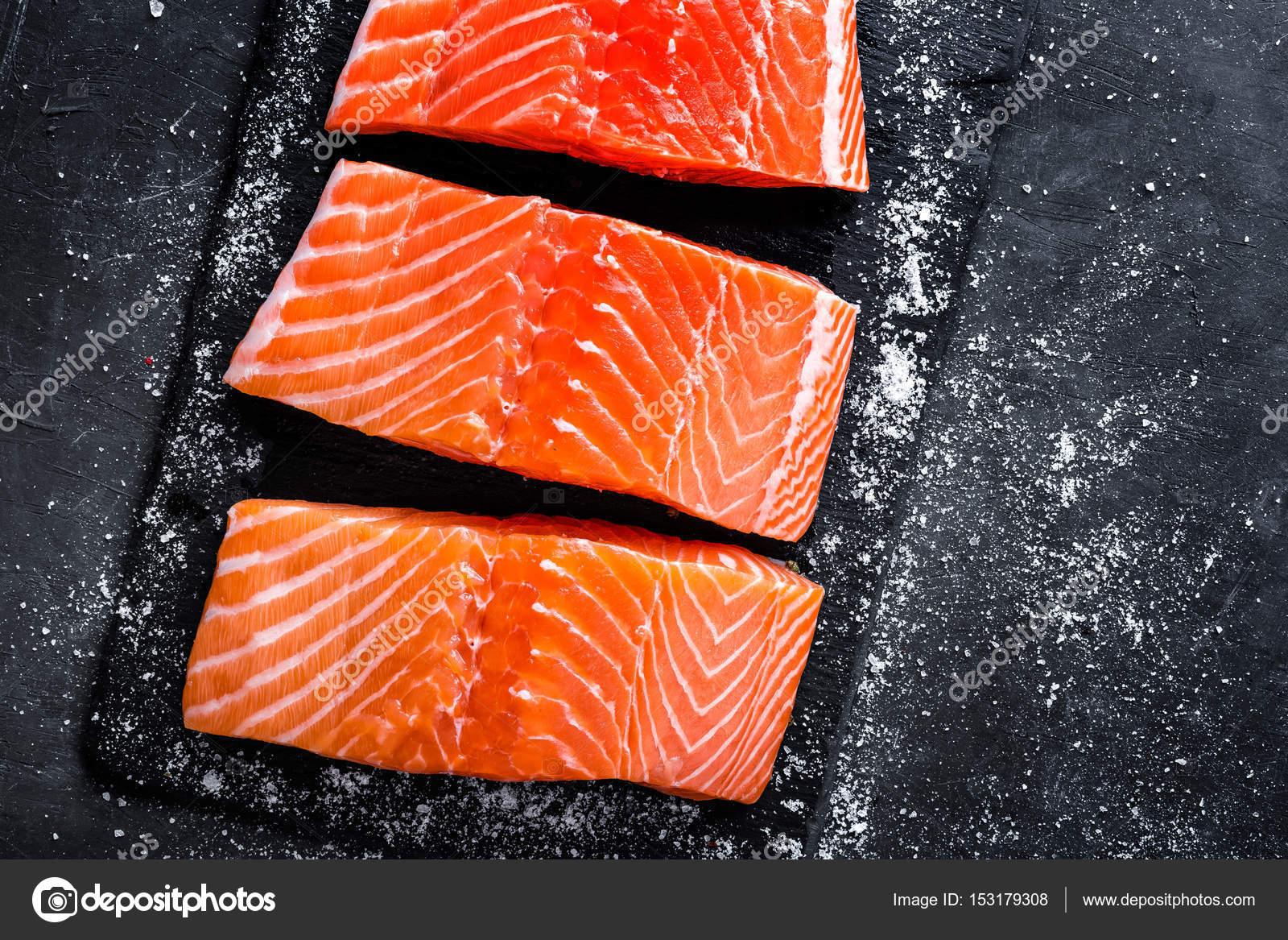filet de saumon cru sur fond d ardoise fonc poisson sauvage de l atlantique photographie. Black Bedroom Furniture Sets. Home Design Ideas
