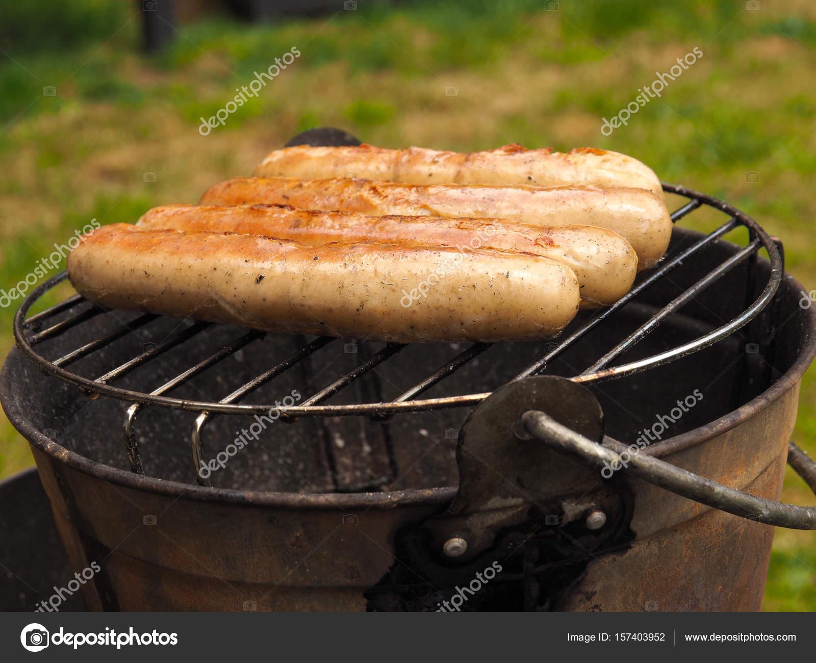 Saucisses Sur Un Barbecue Fait Maison Photographie Aberheide - Photo barbecue fait maison