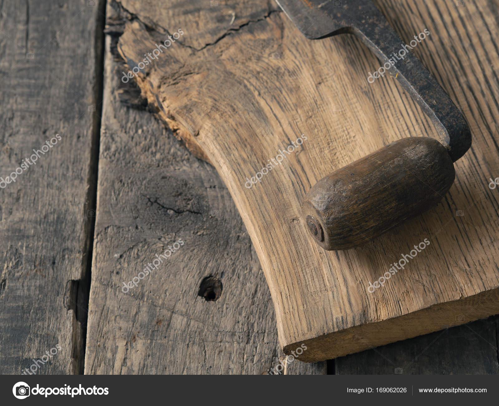 Rustiek Eiken Planken : Oude houten vliegtuig op eiken plank u stockfoto aberheide