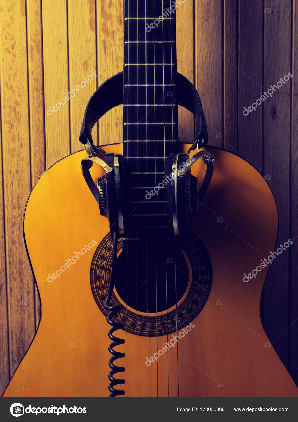 guitare acoustique avec casque