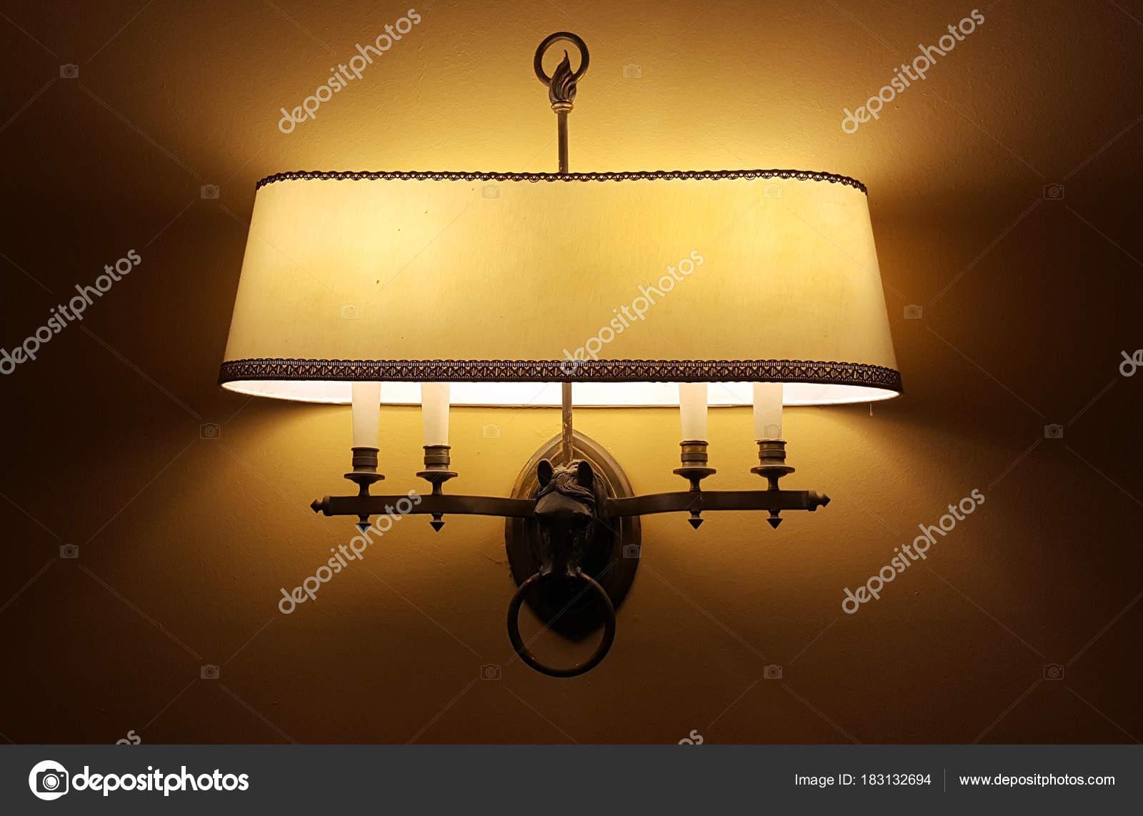 Lampada Vintage Da Parete : Vecchia lampada da parete vintage u2014 foto stock © roxanabalint #183132694