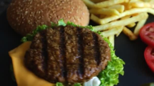 Hovězí hamburger gril hranolky, nakládaný okurky rajčata sýr