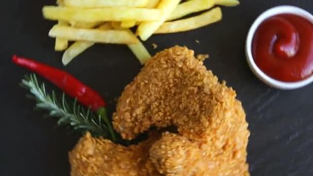 Rántott szelet ropogós csirke szárny rögök mártással sült hasábburgonyával