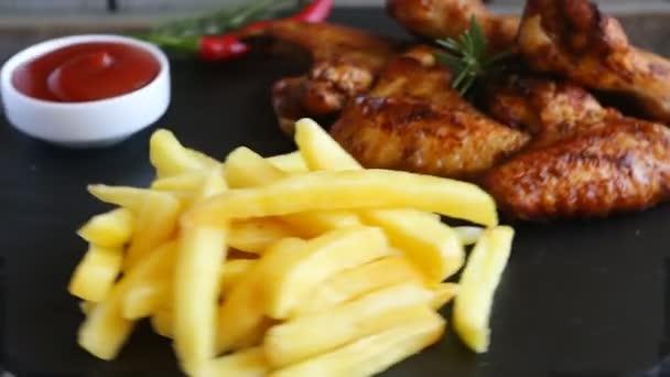 Sült sült csirke szárnyak krumplival és a mártással