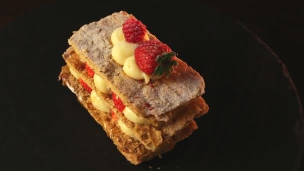 Millefeuille dezert s jahodami sladký dezert na černém pozadí dort