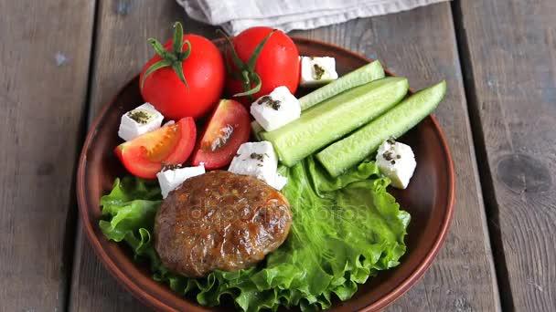 smažené řízečky v desce se zeleninou na dřevěný stůl, dát na talíř