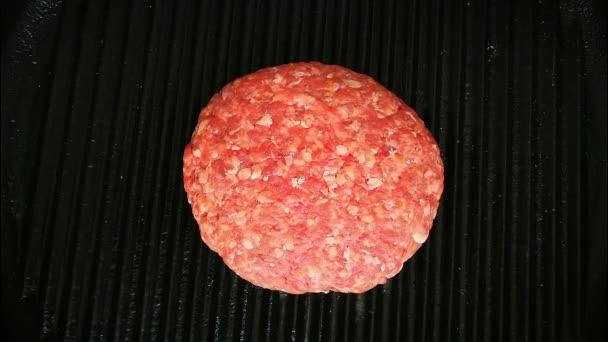 Surový hamburger hamburger gril pečené vaření proces