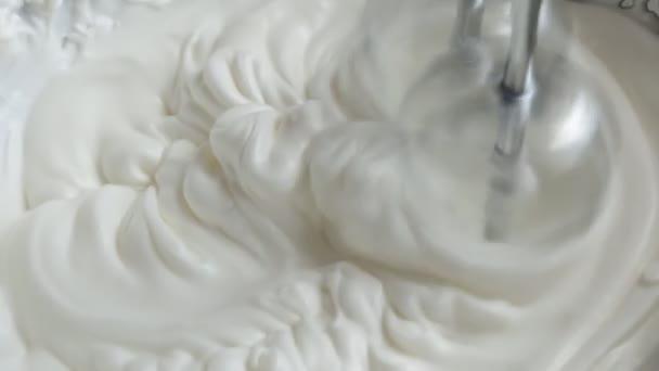 vaječný krém motorové míchání bílé šlehačky v misce