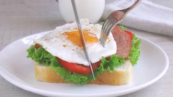 toast sendvič salát rajče salám smažit vejce vyjmout nůž