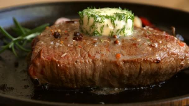 vaření masa steak s bylinkami a máslem taje na vrcholu