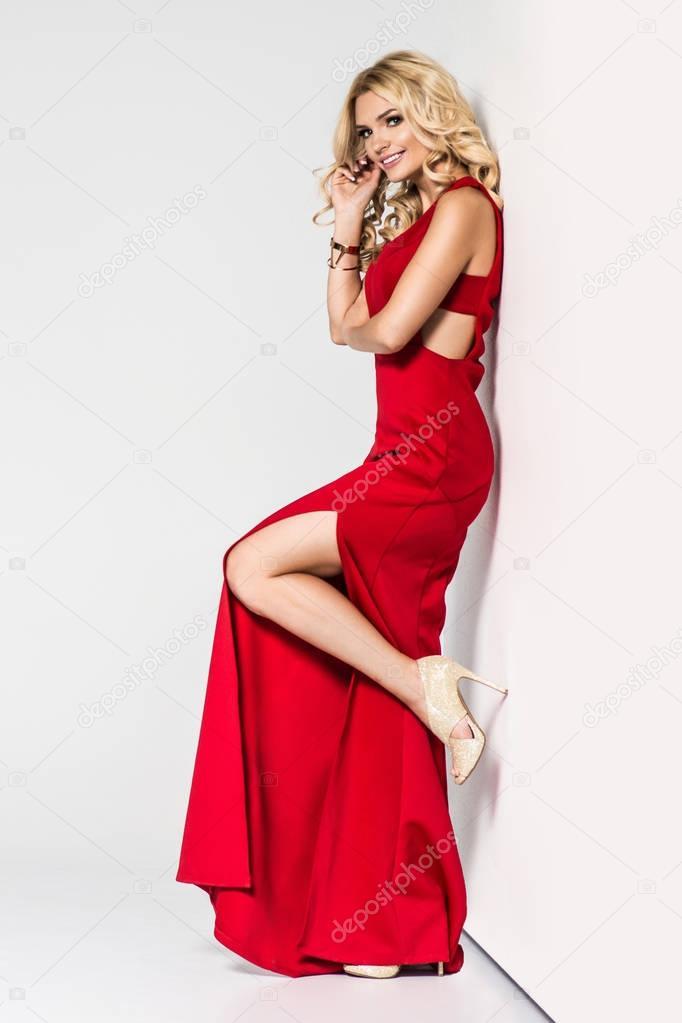 on sale d445e 99b26 Alta moda. Formosa bionda in abito da sera di seta ...