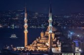 Photo Yeni Cami Mosque (New Mosque) at night in Istanbul, Turkey