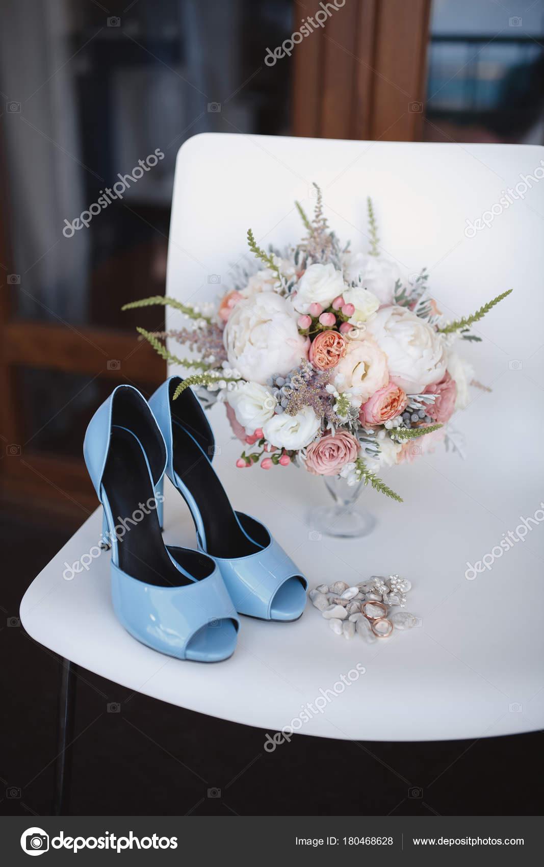 Sposa Elegante Fiore Bouqet Sul Fondo Di Struttura Con Scarpe Da