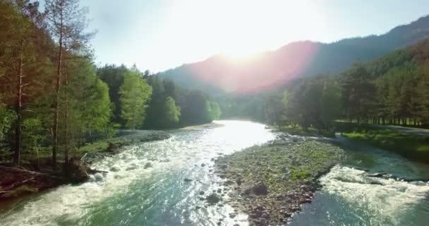 4 k Uhd letecký pohled. Nízký Přelet nad čerstvé studené horské řeky na ráno.