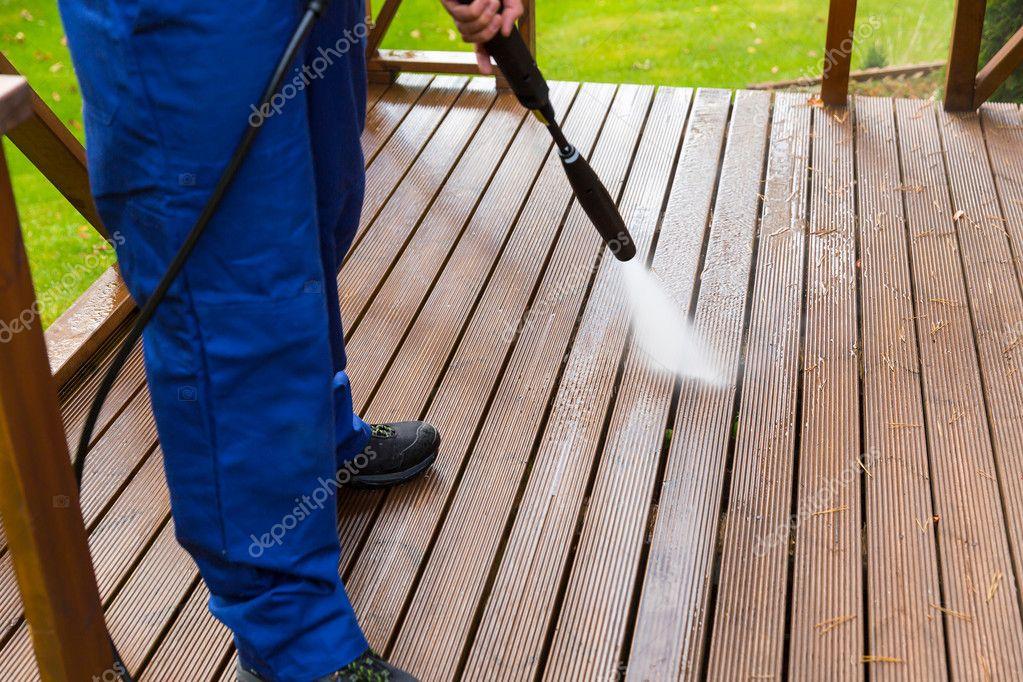 Holzterrasse Reinigen holzterrasse mit hochdruckreiniger reinigen stockfoto ronstik
