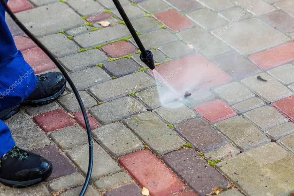 Pavimentazione di pulizia con idropulitrice u foto stock ronstik