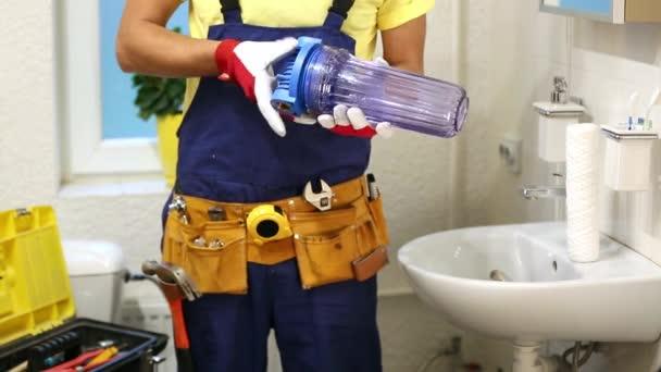 instalatér instalace nové vodní filtr v koupelně
