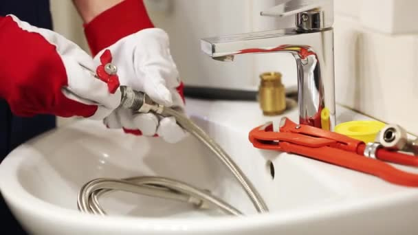 instalatér šroubování vodovodní armatury v koupelně
