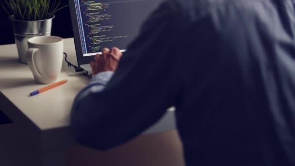 freier Programmierer, der von zu Hause aus am Laptop arbeitet