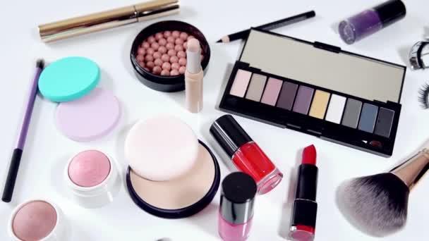 kolekce líčení kosmetika na bílém pozadí