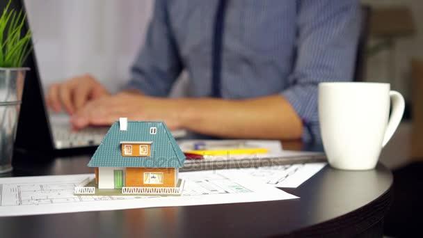 Architekt, Ingenieur Beruf - Mann arbeitet im Büro an neuem Hausprojekt