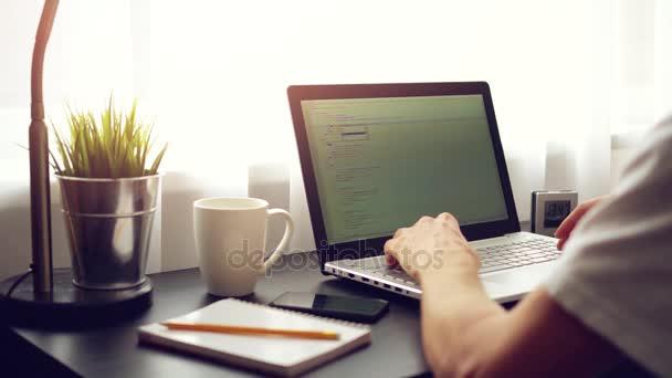 nezávislý web programátor pracuje na notebooku