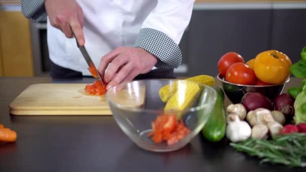 Koch bereitet Gemüsesalat, vegetarisches Essen zu