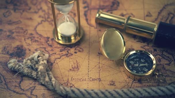 Vintage kompas, dalekohled a dalších námořních zařízení na mapě antického světa