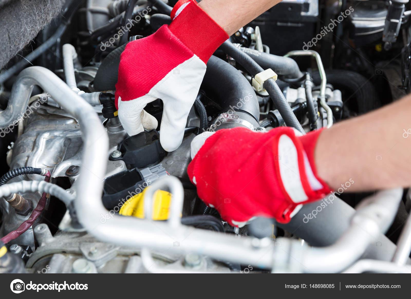 Kfz-Mechaniker, Auto-Motor-Zündkabel überprüfen — Stockfoto ...