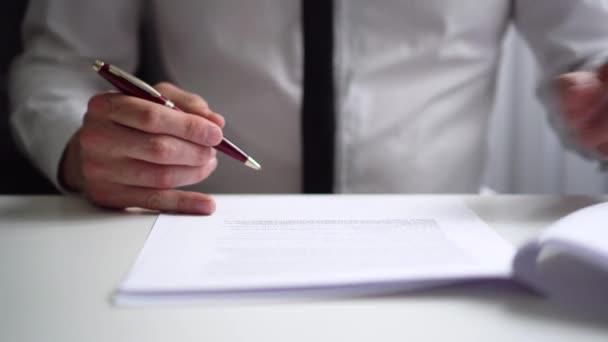 Geschäftsmann liest und unterschreibt Partnerschaftsvertrag im Amt