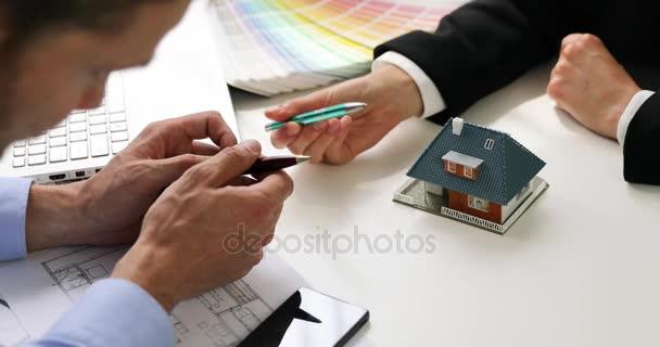 architekt, ukazuje nový rodinný dům model zákazníkovi v kanceláři