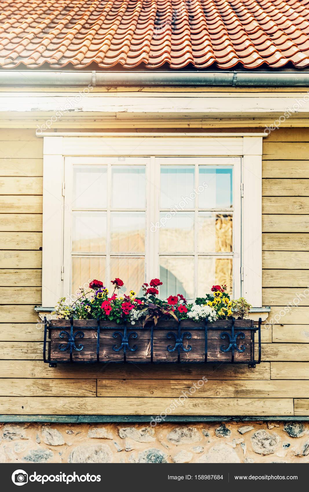 Plantenbak opknoping voor oude houten huis raam for Houten decoratie voor raam