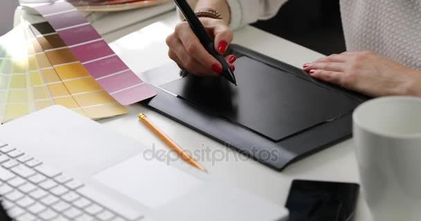 žena grafik pomocí digitální kreslení tabletu na reklamní agentury