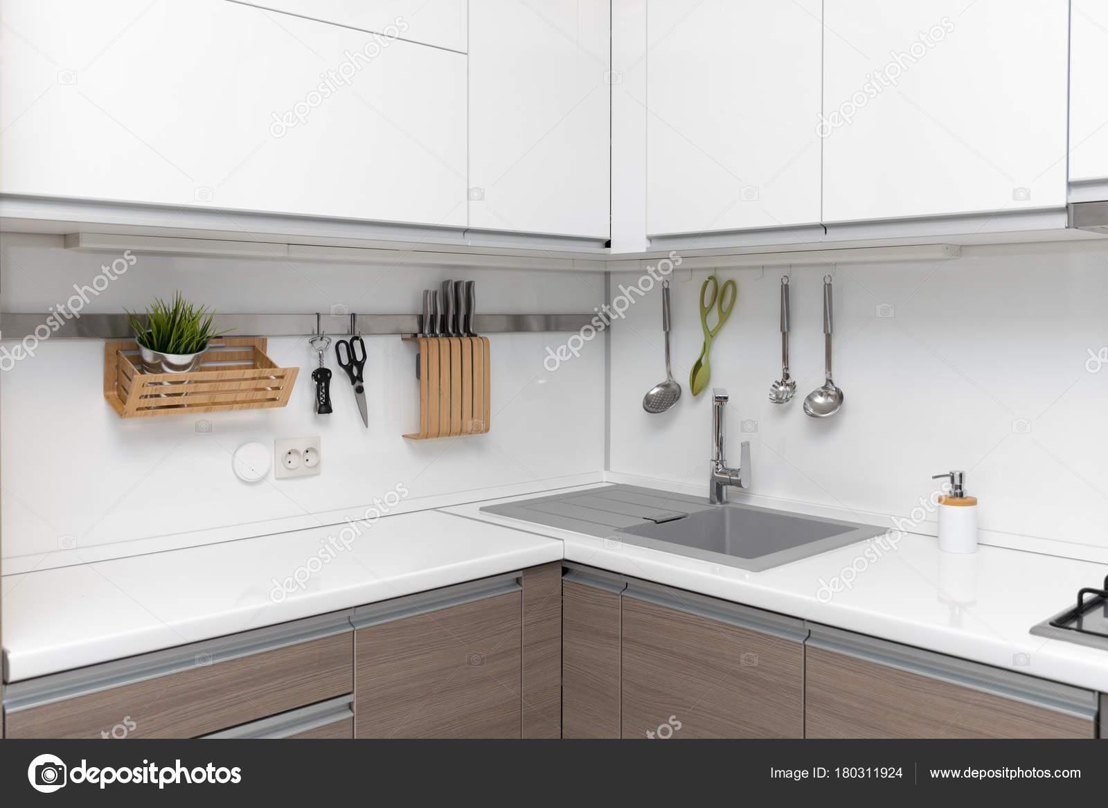 moderne weiße glänzende Küche Innenarchitektur — Stockfoto © ronstik ...