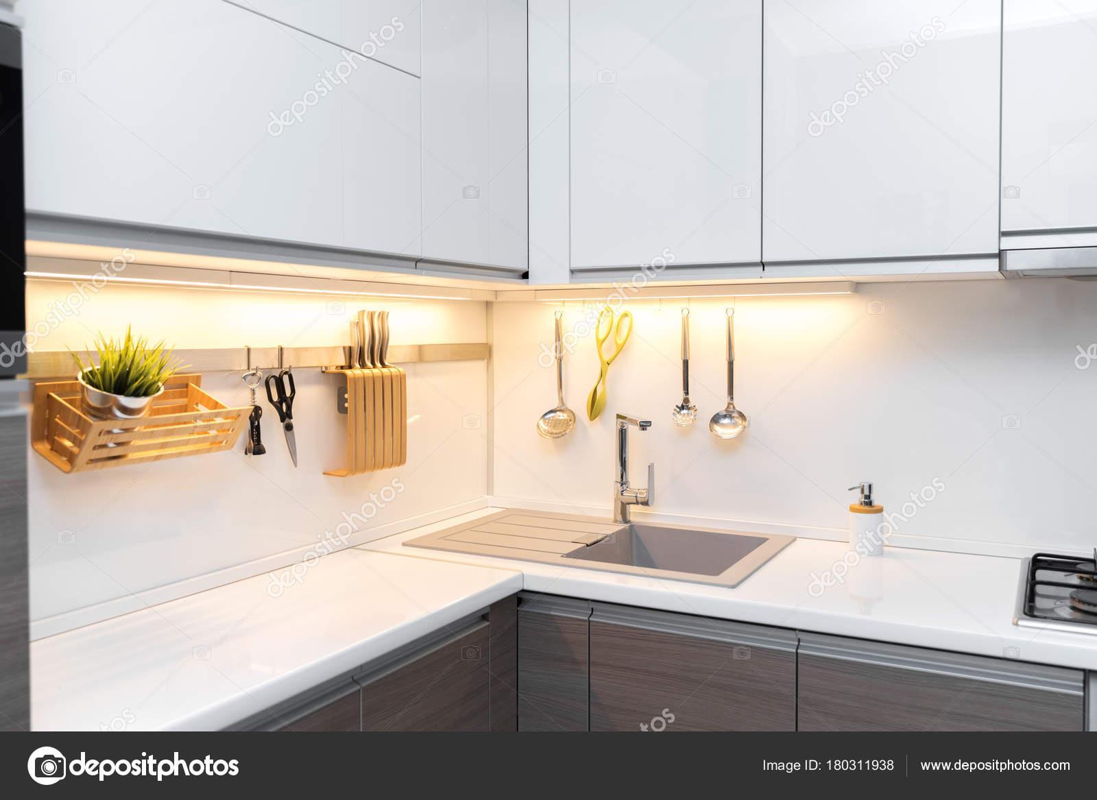 Weiß Hochglanz Küche Interieur mit Arbeitsplatte Beleuchtung ...