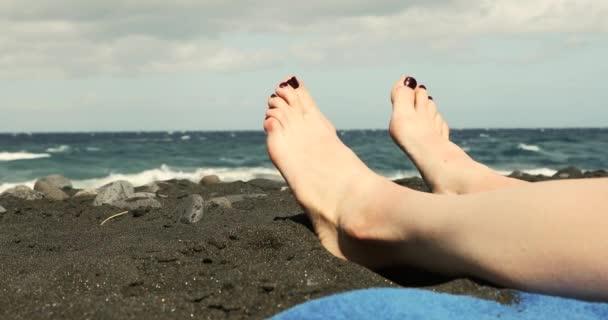 nő lába Vértes pihentető fekete homokos strand-napozás