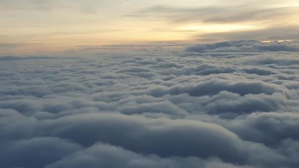 létat nad mraky v ranním slunci