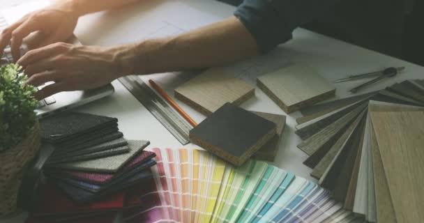 Designer arbeitet an Laptop im Büro für neues Haus Innenarchitektur-Projekt