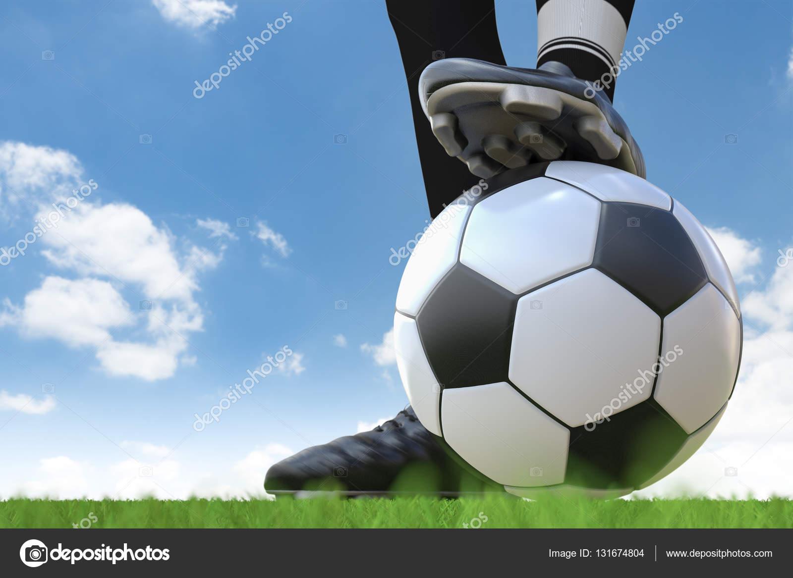 Giocatore di calcio in piedi con pallone da calcio foto for Piani domestici di 2000 piedi quadrati