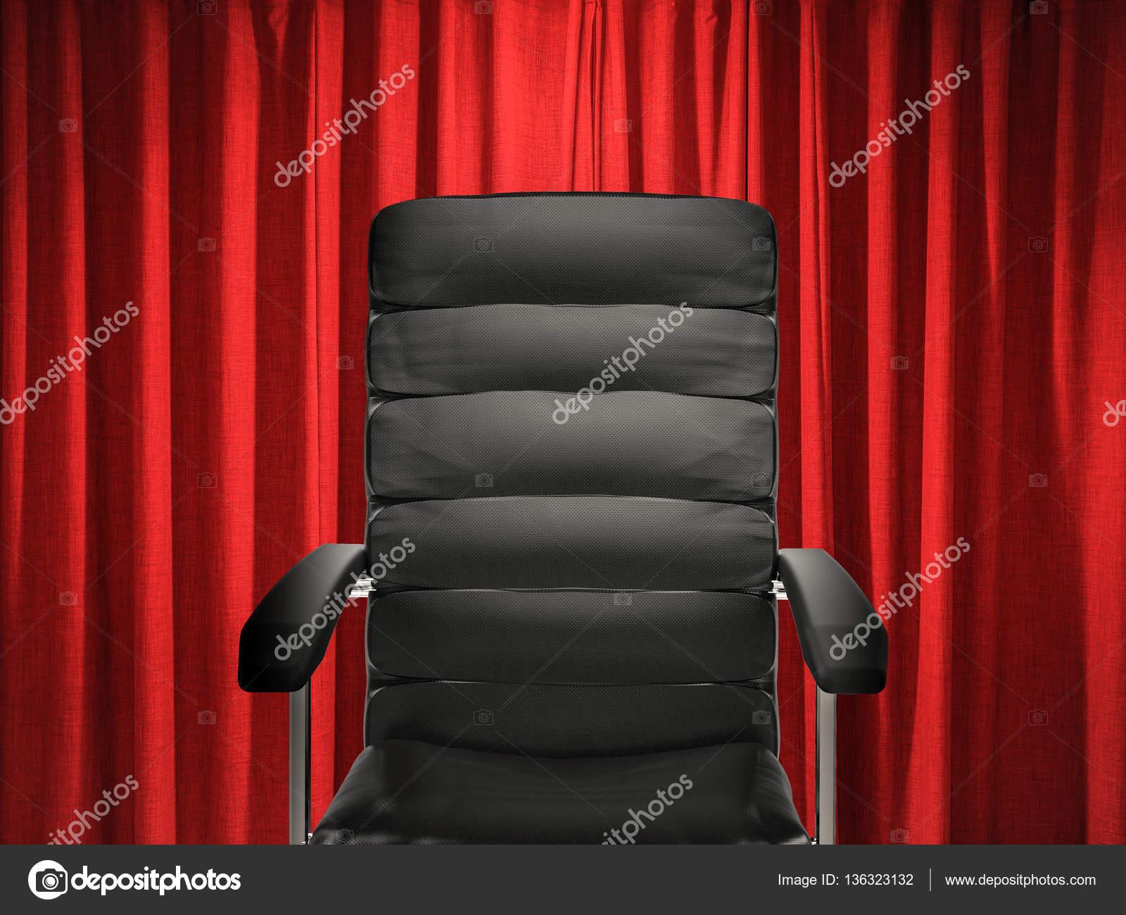 Chaise de bureau en cuir sur fond de rideau rouge u2014 photographie