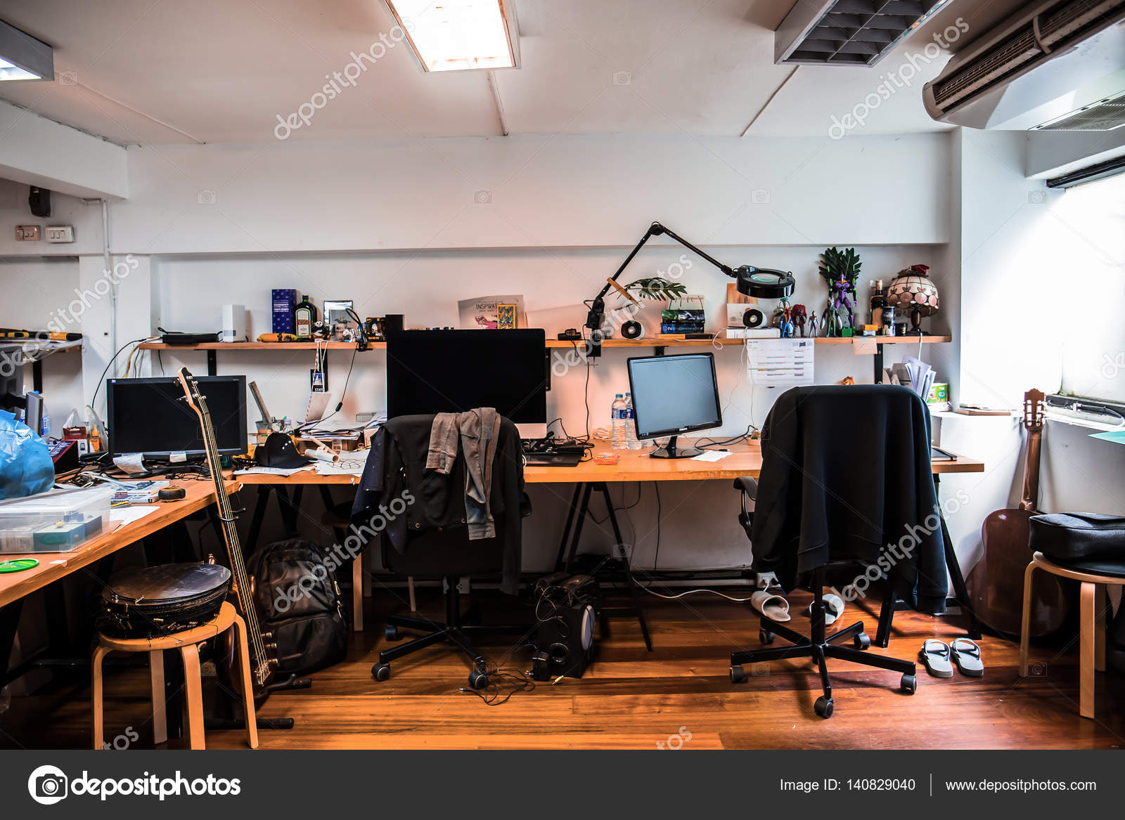 Stilvolle Arbeitsbereich mit Computer im Haus, moderne Büro Designer ...