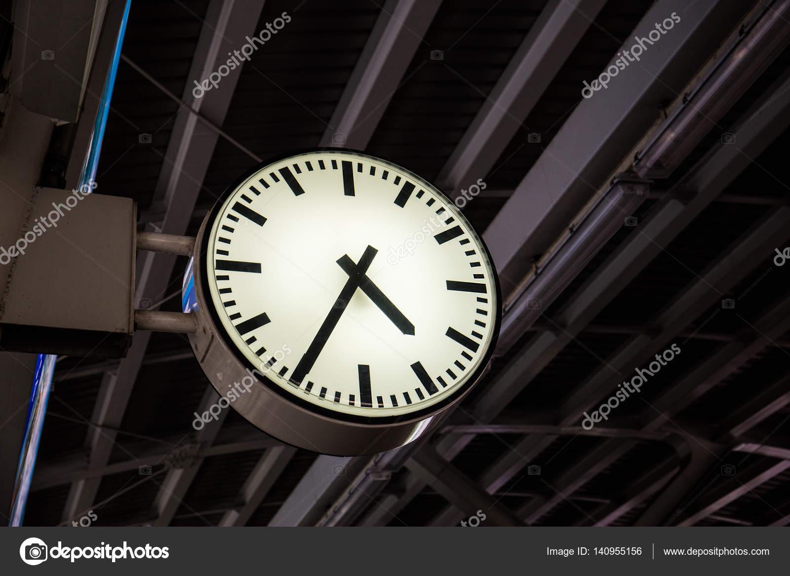 a97c3d5b1be Relógio em uma estação de trem