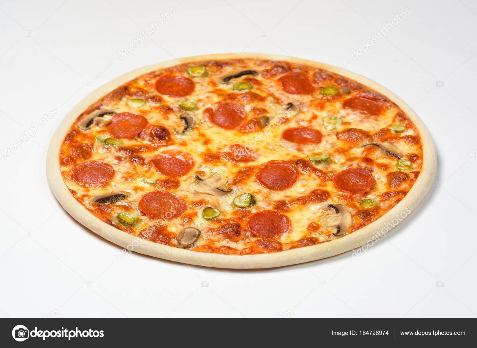 Пицца с колбасой грибами и сыром